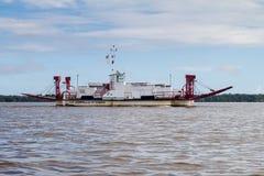 Fähre, die Fluss Maroni Marowijne kreuzt lizenzfreie stockfotografie