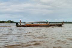 Fähre, die Fluss Maroni Marowijne kreuzt lizenzfreies stockbild