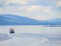 Fähre, die Oban in Richtung zu den schottischen Inseln verlässt lizenzfreie stockbilder