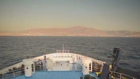 Fähre, die in Paros-Insel in Griechenland ankommt Wolken bewegen sich nah an der Gebirgsspitze Ansicht von der Vorderseite des Sc stock video footage