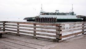 Fähre am Dock Stockfoto
