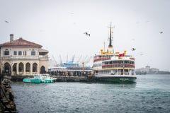 Fähre im schneebedeckten kühlen Wetter, Istanbul, die Türkei Lizenzfreie Stockfotos