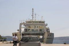 Fähre in Insel Krk auf adriatischer Küste in Kroatien Lizenzfreies Stockfoto