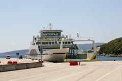 Fähre in Insel Krk auf adriatischer Küste in Kroatien Lizenzfreie Stockbilder
