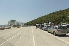 Fähre in Insel Krk auf adriatischer Küste in Kroatien Stockbild