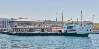 Fähre an Kadikoy-Fährhafen, der zum Segeln nach den Passagieren laden am Mittag, Istanbul, die Türkei fertig wird Stockbilder