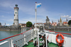 Fähre kommen im historischen Kanal von Lindau an Stockfoto