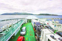Fähre mit Autos an Bord Lizenzfreie Stockfotografie