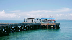Fähre am Pier, tropischer Ozean Stockbild