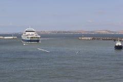 ` Fähre ` Protoporos 4 betritt den Hafen des Hafens von Kaukasus Lizenzfreies Stockfoto