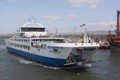 ` Fähre ` Protoporos 4 nähert sich dem Liegeplatz im Hafen von Kaukasus Lizenzfreie Stockfotografie