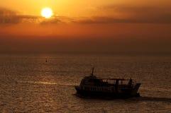 Fähre am Sonnenuntergang Lizenzfreie Stockfotos