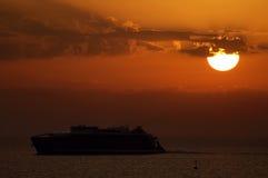 Fähre am Sonnenuntergang Stockfotografie