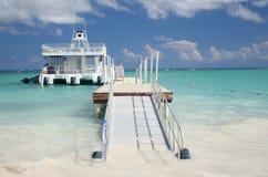 Fähre, tropischer Sand-Strand und Ozean Lizenzfreie Stockbilder