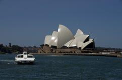 Fähre und allgemeine Ansicht ikonenhaften Sydney Opera Houses sydney Stockfotografie
