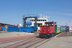 Fähre und Lokomotive im Hafen Lizenzfreie Stockfotos
