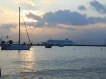 Fähre und Segelboot im griechischen Hafen stockfoto