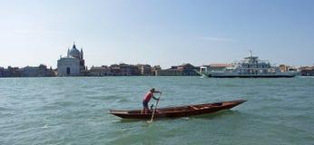 Fähre Venedigs Lido, die Guidecca führt Lizenzfreie Stockbilder