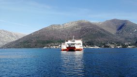 Fähre von Kotor in Montenegro lizenzfreies stockbild