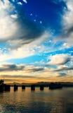 Fähre während des Sonnenuntergangs Lizenzfreies Stockfoto