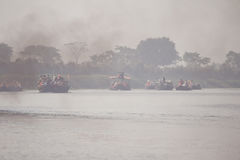 Fähren über dem Fluss stockfoto