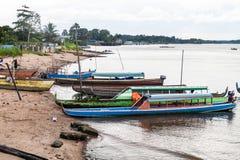 Fähren, die Fluss Maroni Marowijne kreuzen stockbild