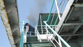 Fähren-Schiffs-Trichter macht schwarze Rauch-Wolke Luft, die HD Slowmotion erschöpft thailand stock footage