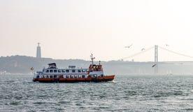 Fähren-Segel im Tajo lizenzfreie stockfotografie