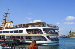 Fähren in vapur Istanbuls (genannt vapur auf Türkisch) A Im b Stockbild