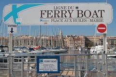 Fährenanfang, den Hafen von Marseille kreuzend lizenzfreie stockfotos