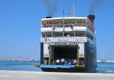 Fährenankunft zum Hafen Stockfoto