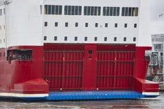 Fährenheckklappen Vorderansicht von zwei Ladung-LKWas Seeschiff lizenzfreie stockfotografie