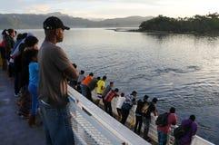 Fährenpassagiere kommen zu Insel Fidschi Savusavu Vanua Levu an lizenzfreies stockfoto