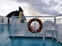 Fährenplattformansicht, während Sonne einstellt stockbild