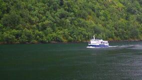 Fährenschiff mit Passagieren auf norwegischem Fjord stock footage