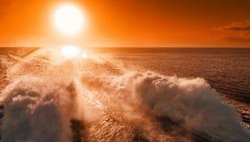 Fährenzwischenlagenstarke motoren heben hohen Spray an der Rückseite des Schiffs an lizenzfreie stockbilder