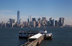 Fährhafen am Freiheitsstatuen mit NYC-Hintergrund Lizenzfreies Stockbild