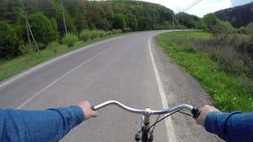 Fährt Fahrrad auf eine Landstraße stock footage