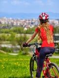 Fährt Radfahrentragenden Sturzhelm des mädchens rad Lizenzfreie Stockfotos