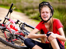 Fährt Radfahrentragenden Sturzhelm des mädchens rad Mädchenmädchen fiel weg vom Fahrrad Lizenzfreie Stockfotografie