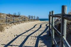 Fäkta längs Foothpath som ska sättas på land på den Sandbridge stranden i Virginia Arkivbilder
