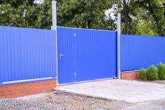 Fäkta och utfärda utegångsförbud för från ark av blått korrugerad metall Arkivfoton
