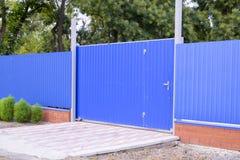 Fäkta och utfärda utegångsförbud för från ark av blått korrugerad metall Arkivfoto