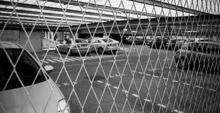 Fäktad carpark som skyddar dyra bilar Royaltyfri Fotografi
