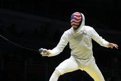 Fäktaren Miles Chamley-Watson av Förenta staterna konkurrerar i folien för laget för man` s av Rio de Janeiro 2016 OS på den Cari Royaltyfri Foto