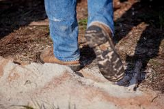 Fäll ned ben av en man som går till och med sågspån Royaltyfri Fotografi