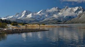 Fäll ned den kananaskis sjön i nedgången efter en ny snö Fotografering för Bildbyråer