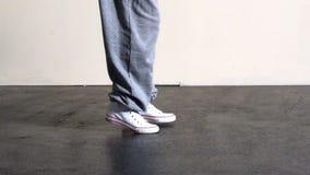 Fäll ned - halvan av sportigt flytta sig för dansarefot stock video