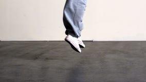 Fäll ned - halvan av sportigt hoppa för dansarefot stock video
