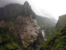 Fäll ned Himalayan berg i monsun Arkivbilder